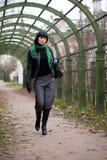 härlig park för brunettmodeflicka Arkivfoto