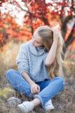 härlig parkkvinna för höst Royaltyfri Foto