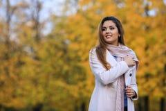 härlig parkkvinna för höst utomhus- stående härlig skönhet eyes för naturståenden för makeup den naturliga kvinnan fritt avstånd Royaltyfri Foto