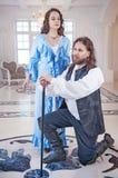 Härlig parkvinna och man i medeltida kläder Arkivfoton