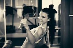 Härlig passformkvinna som utarbetar i idrottshall - flicka i kondition Royaltyfria Bilder