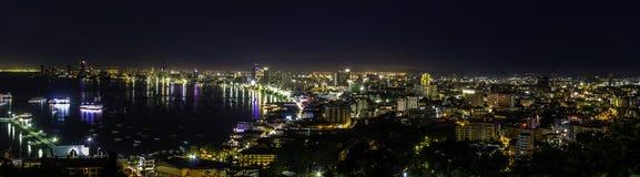 Härlig Pattaya fjärd på natten Arkivfoton