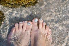 Härlig pedicured fot under vatten royaltyfri foto