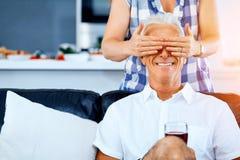 Härlig pensionär som älskar par royaltyfri bild