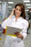 Härlig pharmacist som fungerar i apotek Arkivfoton