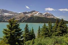 Härlig pilbåge sjö av de kanadensiska steniga bergen Arkivbilder
