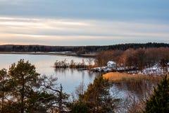 Härlig plats för dagvinterlandskap mot vatten och horisont royaltyfria foton
