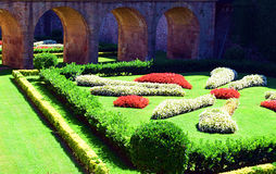Härlig plats som komponeras av trädgården och bron Arkivbilder