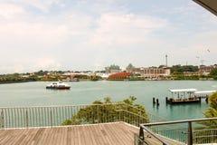 Härlig plats - vatten, skepp och några av de berömda byggnaderna i Singapore Royaltyfria Foton