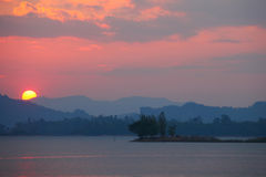 Härlig platssolnedgång på sjön, Thailand Arkivfoton