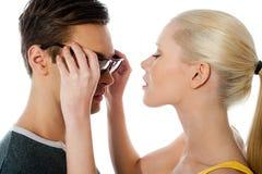 härlig pojkvänflicka henne kyss till Fotografering för Bildbyråer