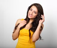 Härlig positiv lycklig kvinna i gul skjorta och långt hår för arkivbild