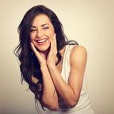 Härlig positiv upphetsad skratta ung kvinna som rymmer handen arkivfoton
