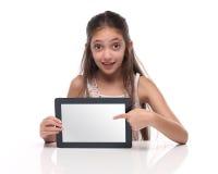 Härlig pre-tonårig flicka som visar en minnestavladator Arkivfoton