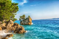 Härlig Punta Rata strand i Brela, Makarska Riviera, Dalmatia, Kroatien Loppsemesterortbakgrund Vacatioan sommar kopiera avstånd arkivbild