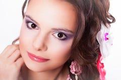 Härlig purpurfärgad makeup på flickan med rosa kanter Royaltyfri Fotografi