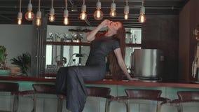 Härlig röd hårflicka i elegant klänning i hennes lyxiga lägenhet stock video