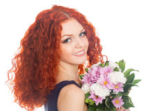 Härlig röd haired flicka med blommor arkivbilder