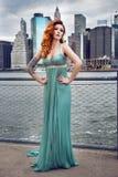 Härlig röd haired kvinna med tatueringen som bär den gröna klänningen som poserar i New York City Royaltyfria Foton
