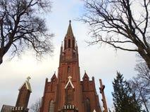 Härlig röd katolsk kyrka, Litauen arkivbilder