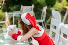 Härlig röd kvinnlig elevrepresentant i juldräkten som isoleras på vit Arkivfoto