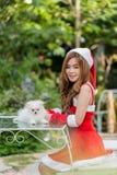 Härlig röd kvinnlig elevrepresentant i juldräkten som isoleras på vit Royaltyfria Bilder