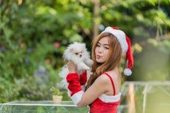 Härlig röd kvinnlig elevrepresentant i juldräkten som isoleras på vit Royaltyfri Foto