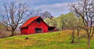 Härlig röd ladugård fotografering för bildbyråer
