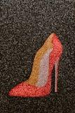 Härlig röd sexig sko med höga häl på svart bakgrund Arkivbild