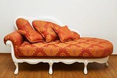 härlig röd sofa arkivbilder