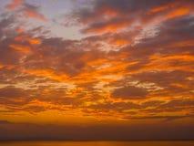 Härlig röd solnedgång på ett hav Fotografering för Bildbyråer