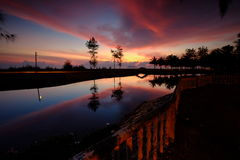 Härlig röd soluppgångfossila bränslenstad Malaysia fotografering för bildbyråer
