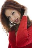 härlig röd tröjakvinna Arkivfoto