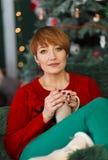 Härlig rödhårig mankvinna i fåtölj Royaltyfria Bilder