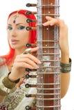 Härlig rödhårig mankvinna i indisk sari med orientaliska smyckenplommoner Royaltyfria Bilder