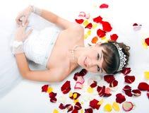 härlig red för brudgolvpetals steg Royaltyfri Fotografi