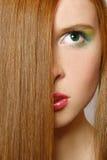 härlig red för flickahår long Arkivbild