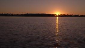 Härlig reflexion av en solnedgång orange solnedgång Sommarsolen på havet Havet vinkar på solnedgången arkivfilmer