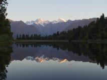 Härlig reflexion av sjön Matheson på solnedgången royaltyfri bild