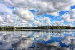 Härlig reflexion för molnig himmel på sjön Royaltyfri Foto