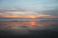 Härlig reflexion på stranden under solnedgång Royaltyfri Bild