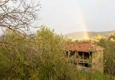 Härlig regnbåge över en koja i träna royaltyfria bilder