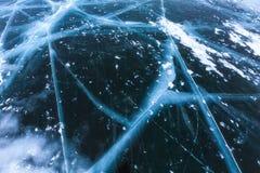 Härlig ren is med sprickor på Laket Baikal Arkivbild