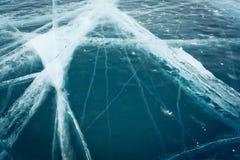 Härlig ren is med sprickor på Laket Baikal Royaltyfri Foto