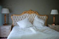 Härlig rengöring och modernt sovrum royaltyfri bild