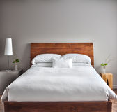 Härlig rengöring och modernt sovrum Arkivfoton