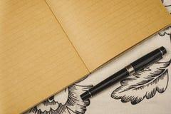 Härlig reservoarpenna bredvid den kraft anteckningsboken, på den vita blom- bordduken Kopieringsutrymme f?r special h?ndelse elle arkivfoton