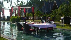 Härlig restaurang på stranden Ett romantiskt ställe för vänner Solnedgång Royaltyfri Bild