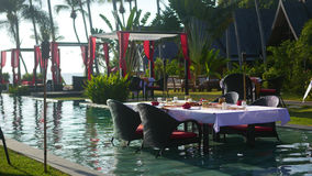 Härlig restaurang på stranden Ett romantiskt ställe för vänner Solnedgång Arkivbild