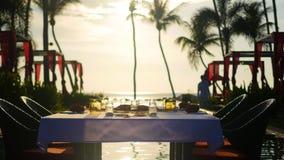 Härlig restaurang på stranden Ett romantiskt ställe för vänner Solnedgång Royaltyfri Fotografi
